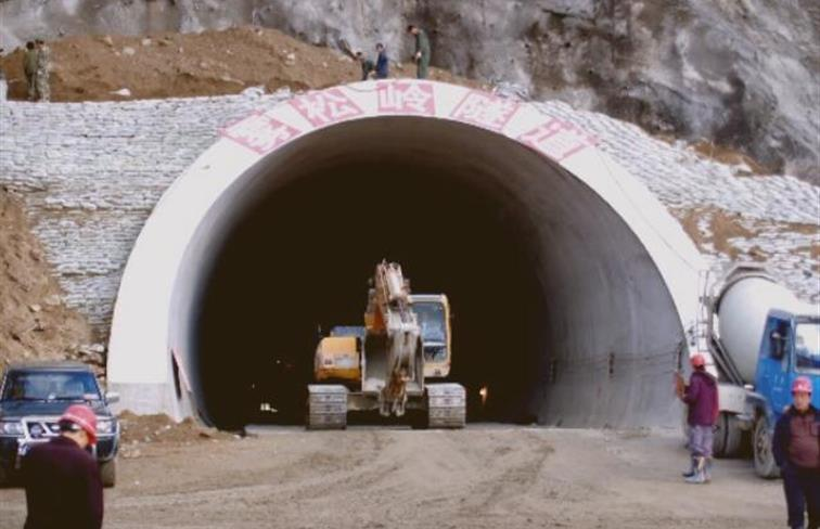 绥满公路雾凇岭隧道